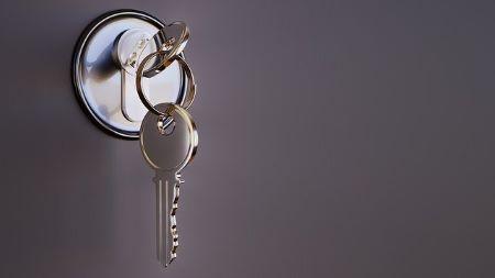 Schlüssel im Schloss: Wenn Sie einen zuverlässigen Schlosser benötigen, sollten Sie den traditionsreichen Schlüsseldienst München - Herbert PIchelmaier anrufen!